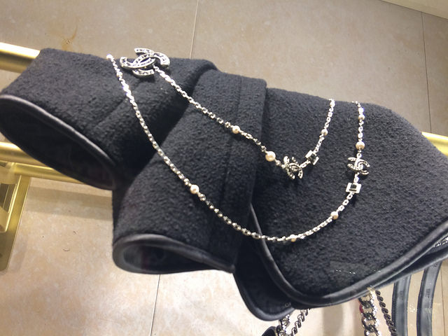 Window display necklace